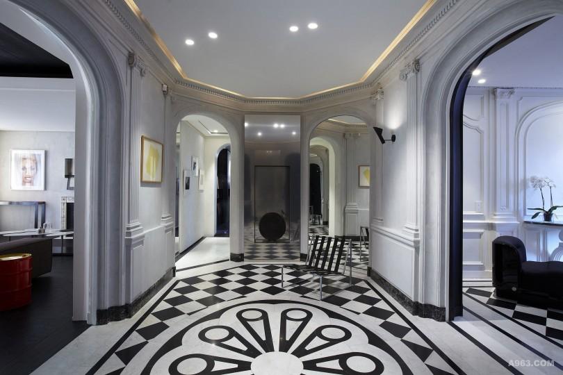 在入口的设计中我们保留了欧式古典的墙面雕塑结构并以水泥做饰面处理。 暖气功能被隐藏在镜面不锈钢的造型装饰面板中,最大程度的凸显了陈列品和 实用相结合的艺术品位和价值。