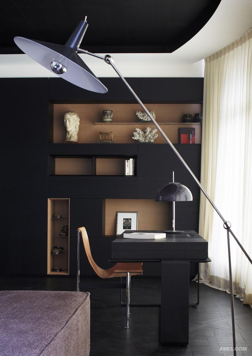 客厅空间中,一面陈列背景墙体现了多种材质的精致搭配和点到为止的色彩运用。哑光熏黑鸡翅木所装饰天花板与黑色哑光漆处理后的经典凡尔赛实木地板 交相呼应。并致力于平衡经典与现代元素,材质,色彩的完美衔接与对比。此外本案中的一部分家具,如书桌,茶几,边几,书架,餐桌等等也是由本案设 计师做配套设计。