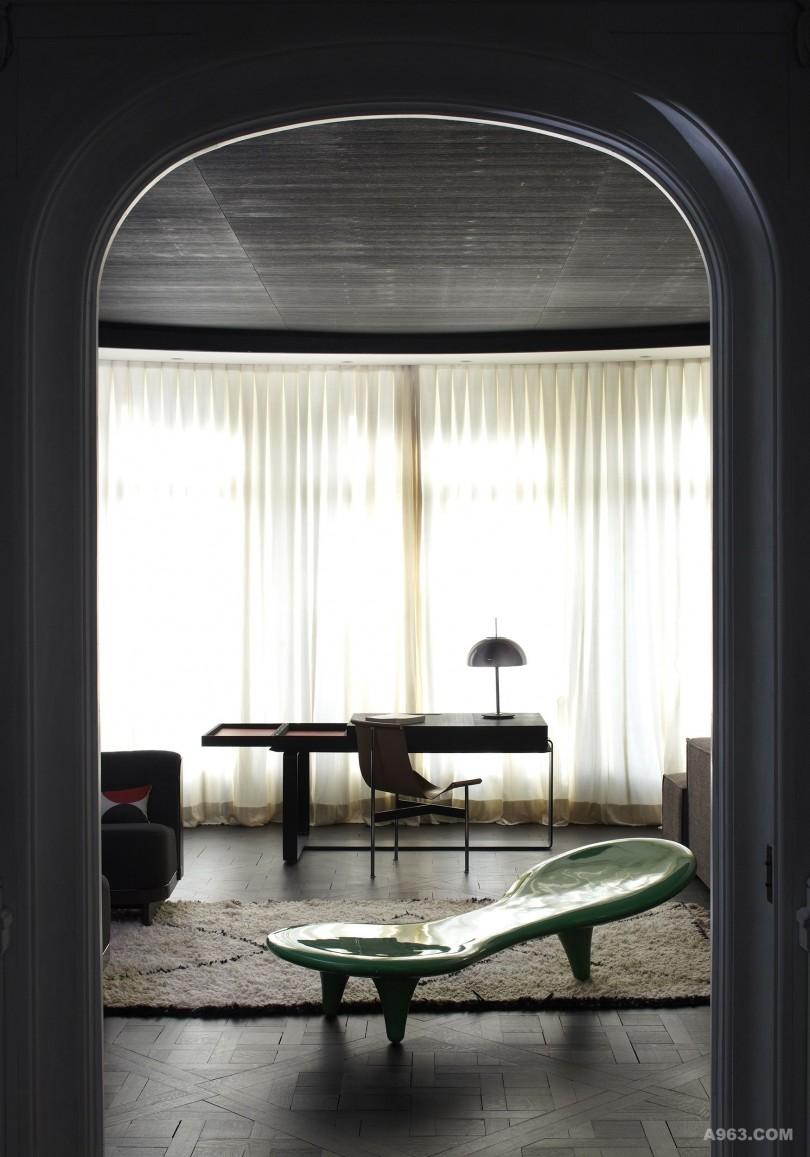 视线穿过门洞,整个空间通透优雅,层次更富 ,一气呵成。体现了欧式设计的别样禅意。