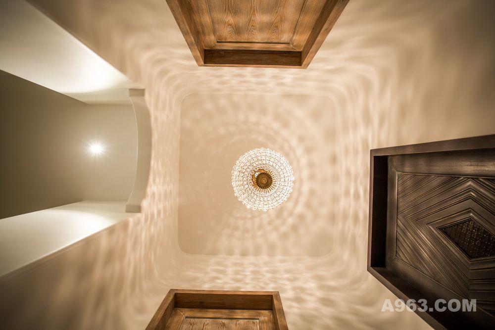 地下室的过厅设计师通过光与影让它栩栩如生.