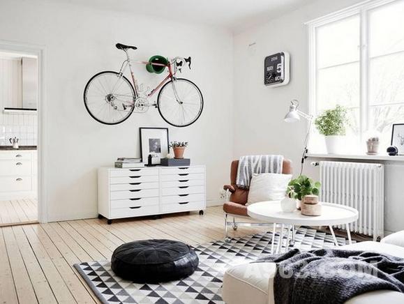 除了钟,把自行车挂在墙上也可以有不错的效果。健身达人可以试试,既可以节省空间,又是一件不错的装饰物。