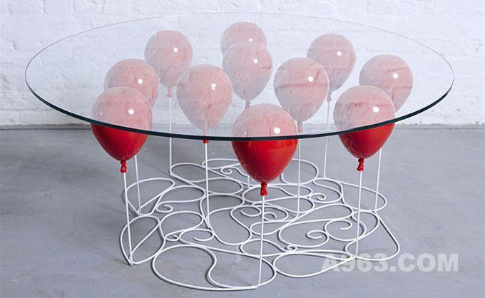 """这款玻璃桌被""""气球""""轻轻托起"""