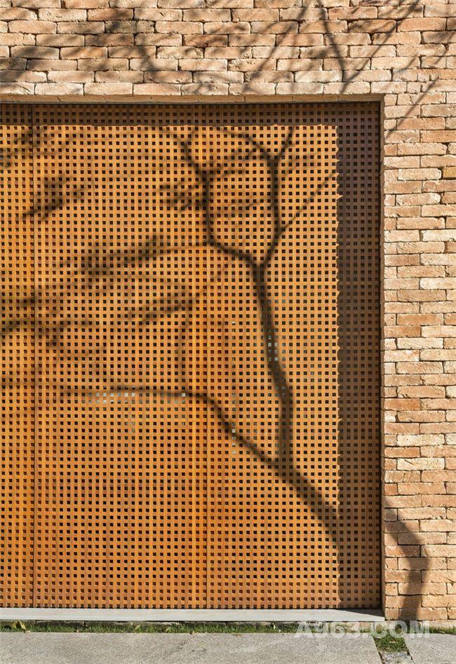 树影映在栅格墙上就如艺术画一般