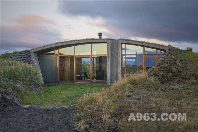 隐藏在荒芜土地下的冰岛温馨小屋