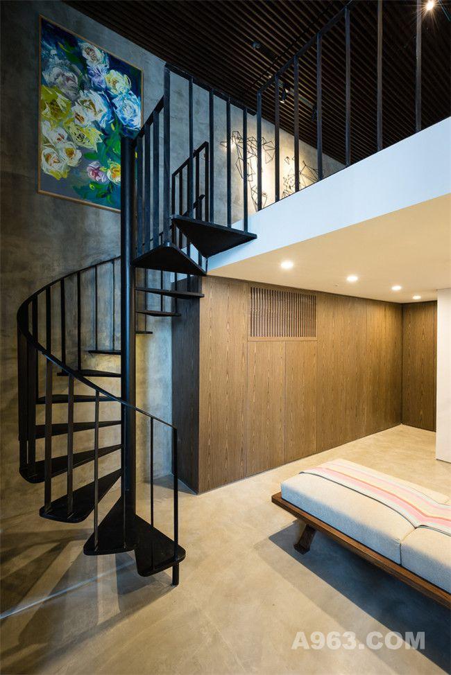 连接下层衣帽间与上层卧室的螺旋阶梯
