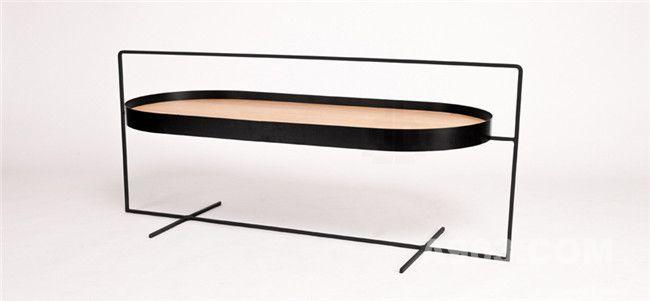 桌子的设计由单独一个矩形框架和四根相同尺寸的横梁组成