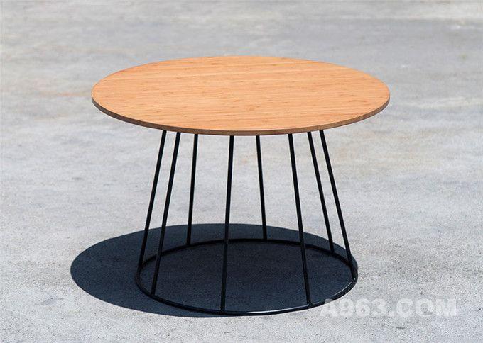 低矮边桌,由竹子与钢铁制作而成