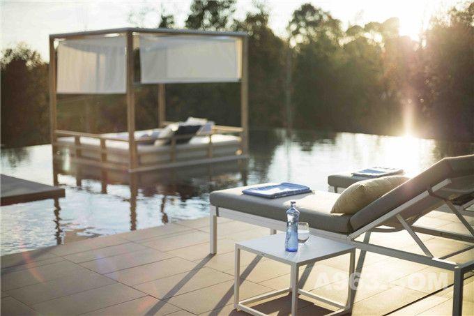 池畔沙发床及池中小庭
