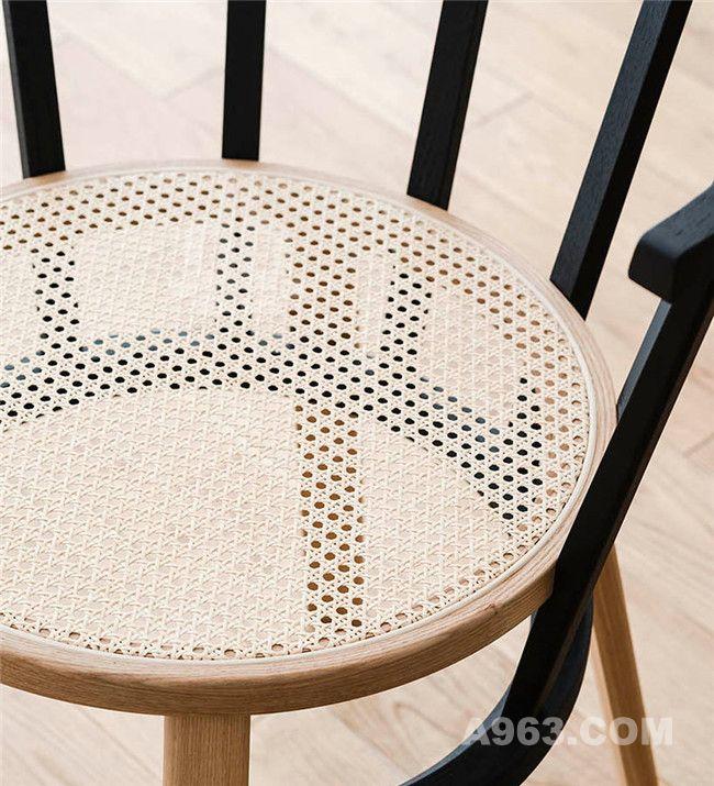 座椅椅面由藤条编织而成
