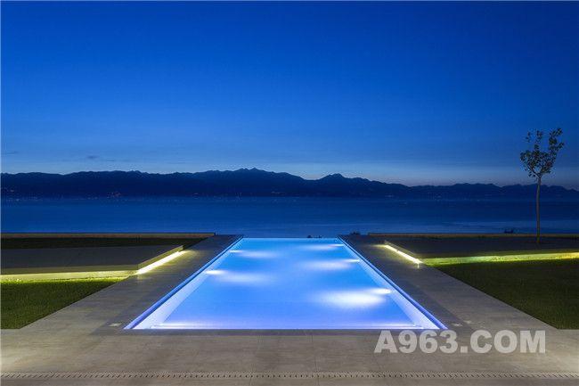 夜幕下的露天泳池