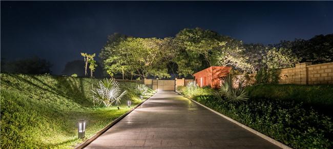 夜幕下的住宅门庭