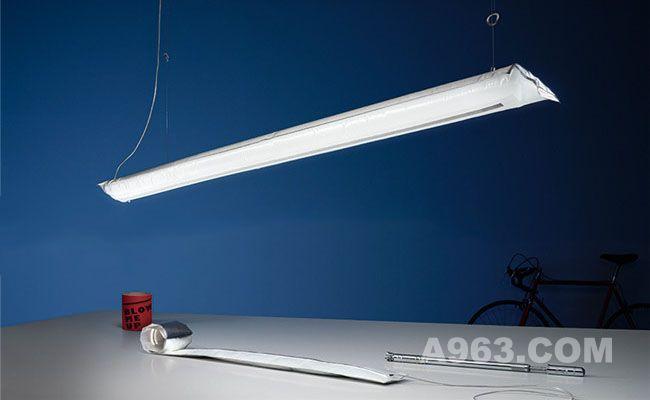 吊在天花板上的充气式灯饰