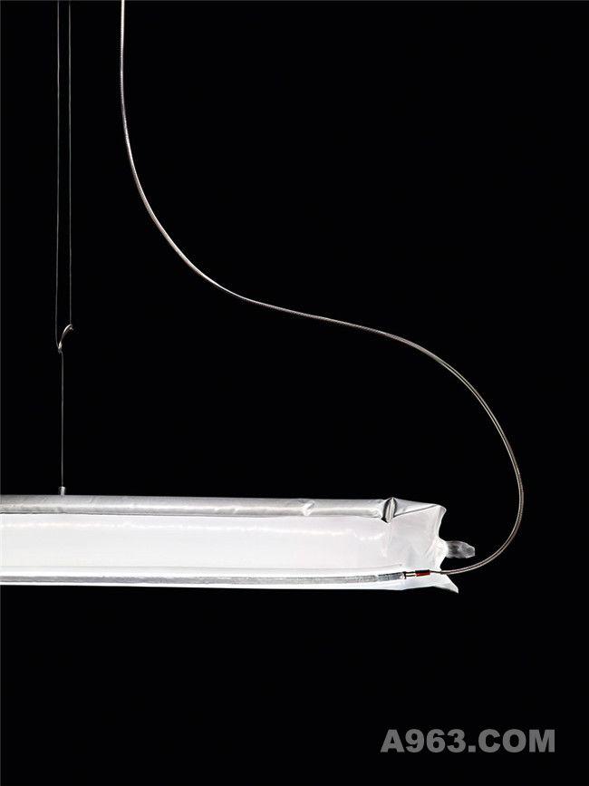 充气后,这款多功能型灵活灯饰就可以独立使用了。