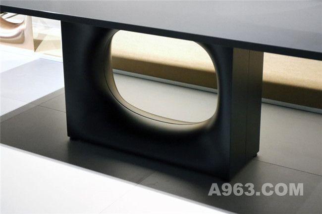 带有椭圆孔洞的底座可搭配层压板和实木两种材质的桌面