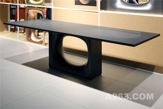 桌子展示了清晰利落的直线与弯曲流畅的曲线间的鲜明对比