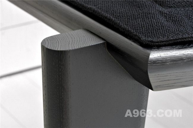 沙发椅包含有可调节高度的靠背
