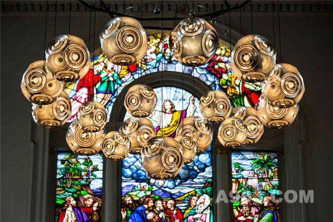 圣詹姆士教堂上的经典轻质吊灯