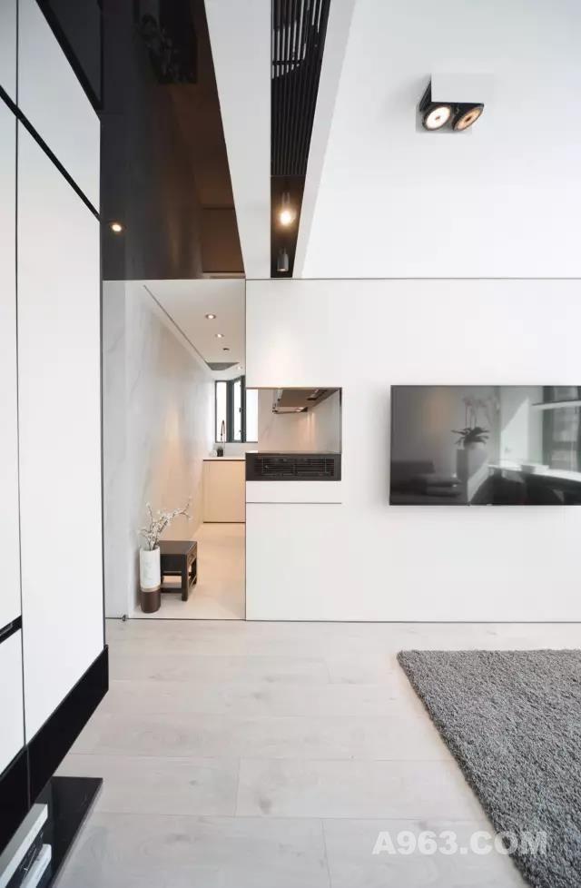 大门右侧的全高柜 特色所在是柜底的中空饰架设计  为了腾出客厅空间 刻意将小型影音架移至  厨房工作台面的最前端 尺寸为阔60×深60×高15厘米