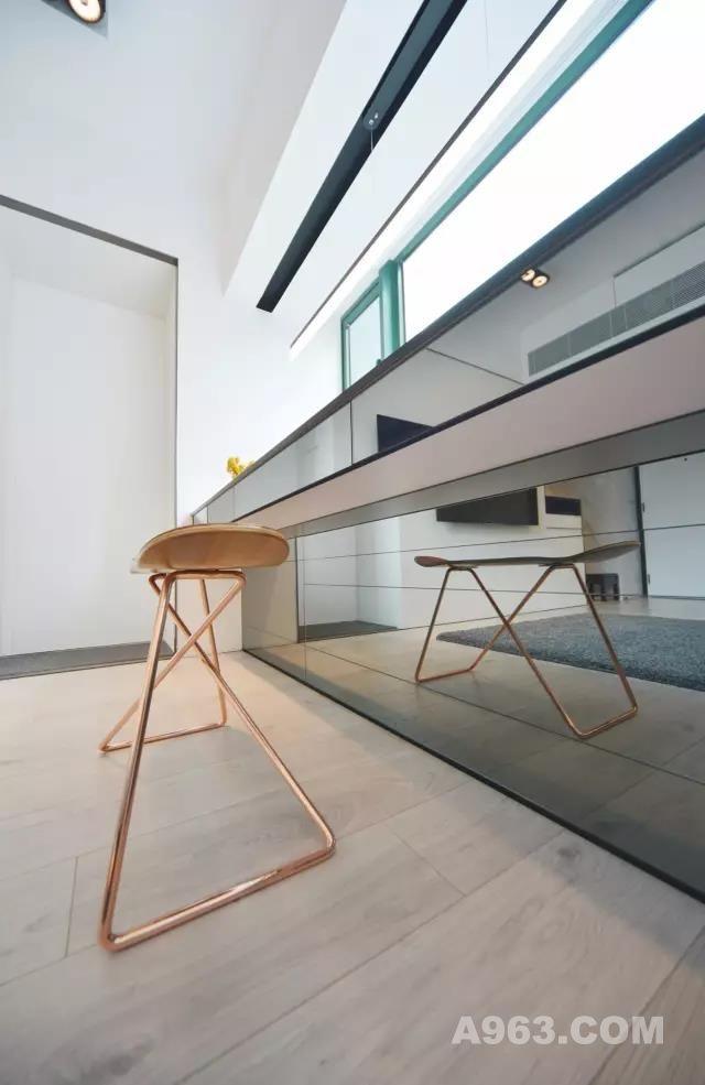 金属的质感,比木饰面 来地更清爽得多 隔板下的设计,是可储物的地柜  屋主追求生活空间 更希望拥有一个home office处理文书工作 因此这里还是一物两用的办公桌