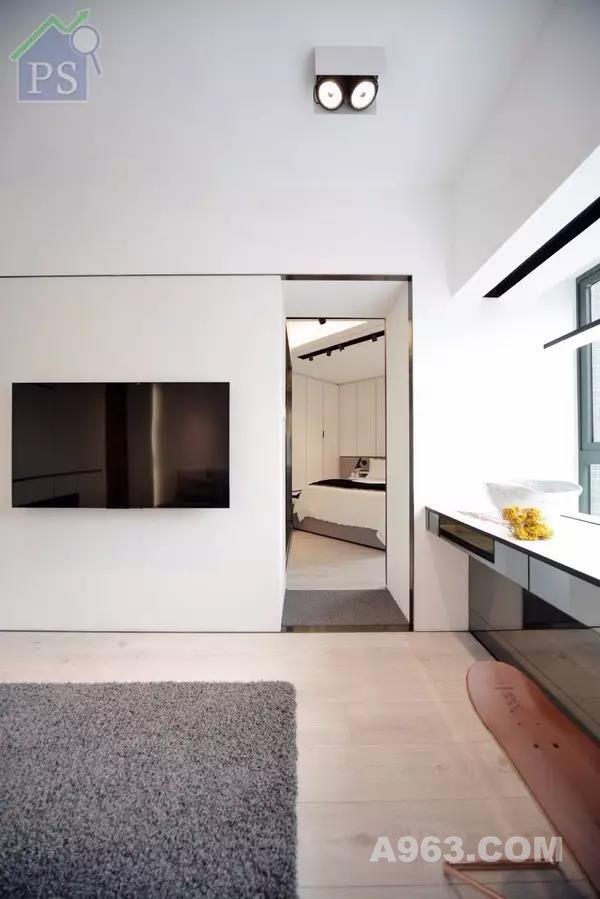 主人房新造趟门外,同时以英文字母装饰门 其中,「O」字兼具门抽功能  其他装嵌在不同高度的字母挂 则可处理屋主外出后的衣饰