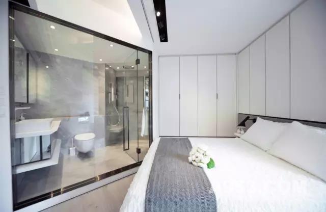 改动后的套厕 以灰色花纹瓷砖铺设地台 完美串连主人房的视觉空间