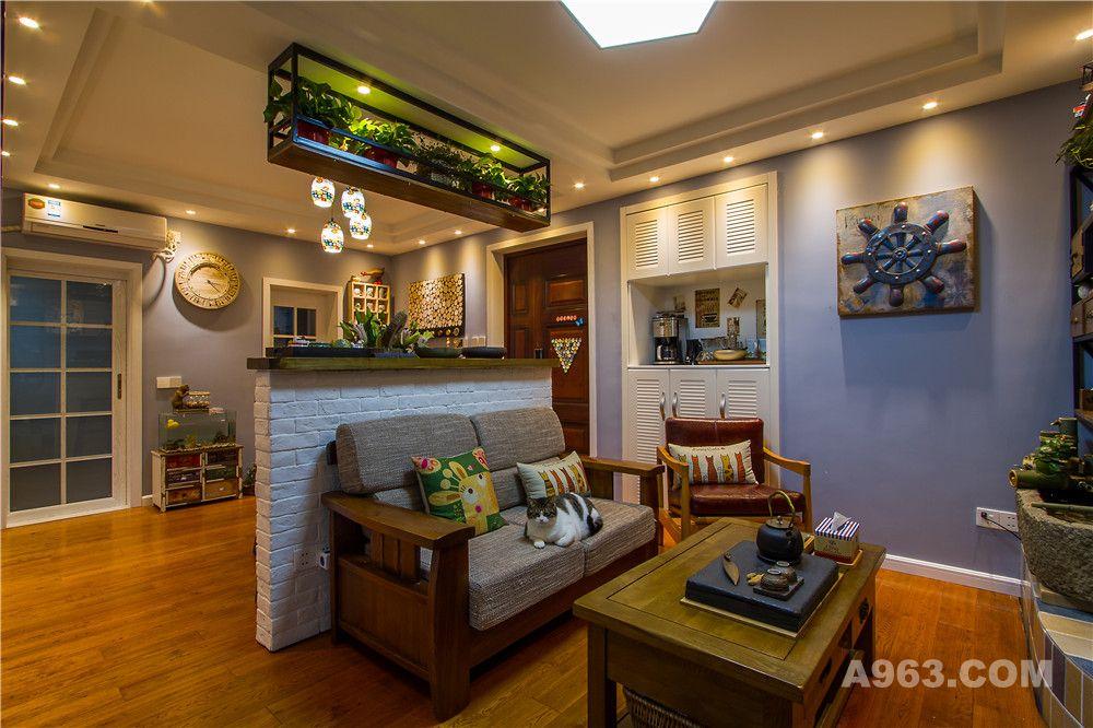 利用半高的吧台区分餐厅和客厅的空间。