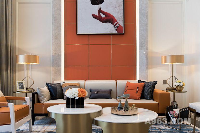 墙面由香槟金网格线整齐划分,于细节处体现追求精致的艺术品味。