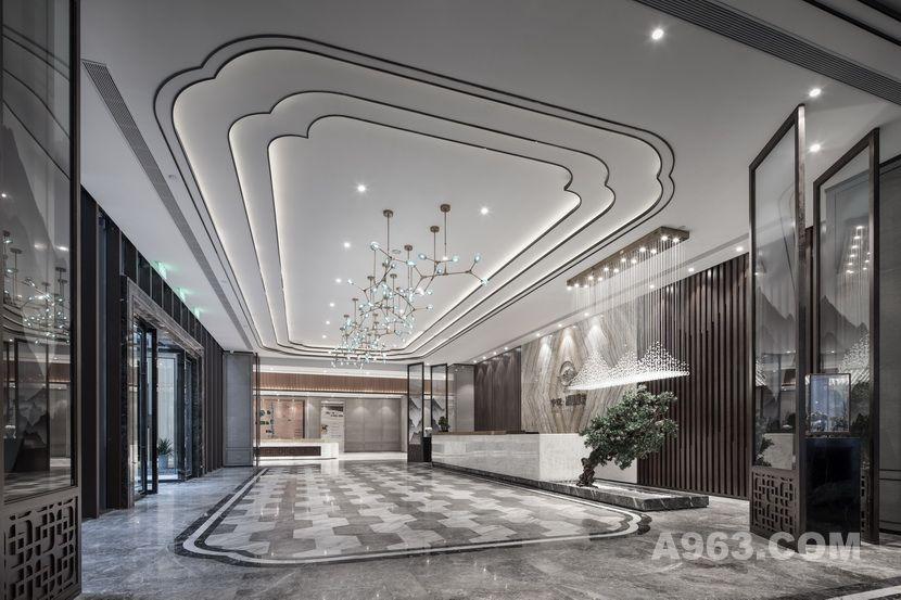 以具有东方禅意的山茶花花瓣的形态为设计元素,在天花、地面及模型台造型中贯穿设计,统一而富有变化。