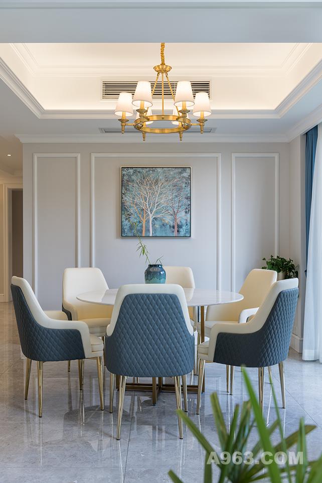 背景艺术装饰画让人忍不住遐想,色彩也延续这空间主题,黄铜色的美式金属吊灯,将整个空间添加了几分的温馨。