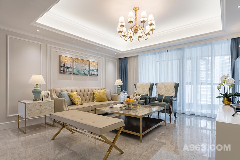 客厅也附和着本案的主题,低调简约中尽显奢华,简约的吊顶及背景线条,空间通透不少,拼接装饰画仿佛将装个房间的色彩做了一个汇总,各自独立却相互联系。
