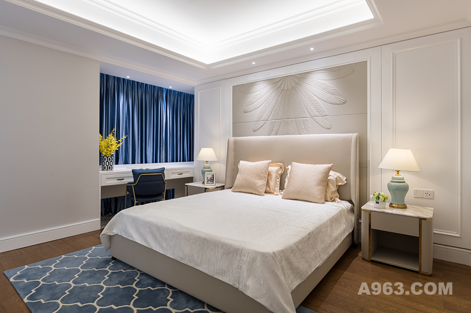 深色窗帘和地毯的配合,使得空间更加的耐看且有层次感。
