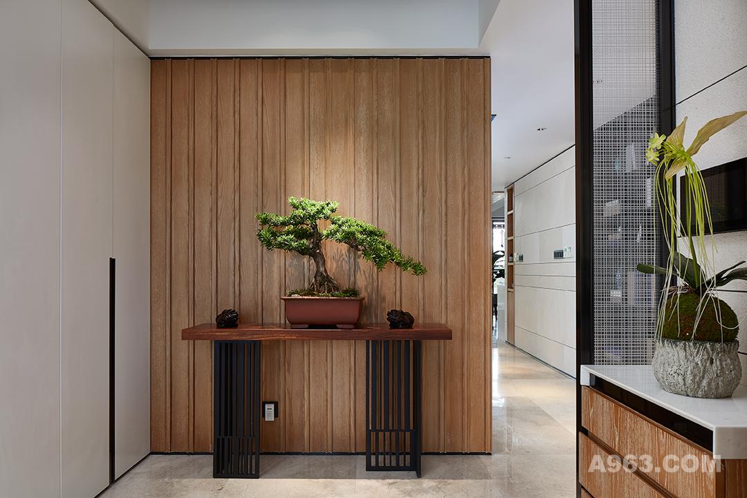 充满禅意和大气的玄关。木质墙面和红木桌台的搭配显得清新典雅,一台小松,彰显主人雅致品味,色彩搭配高级而享受。