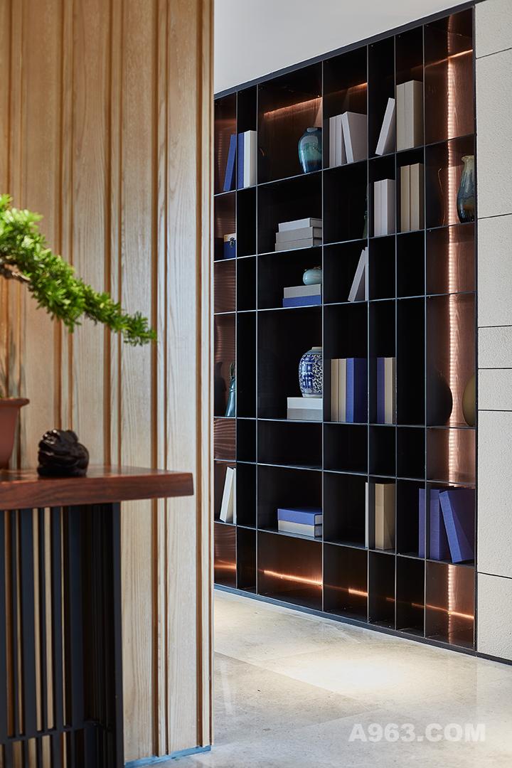实用性颇强的柜格,可以充当书架及收藏品摆放。