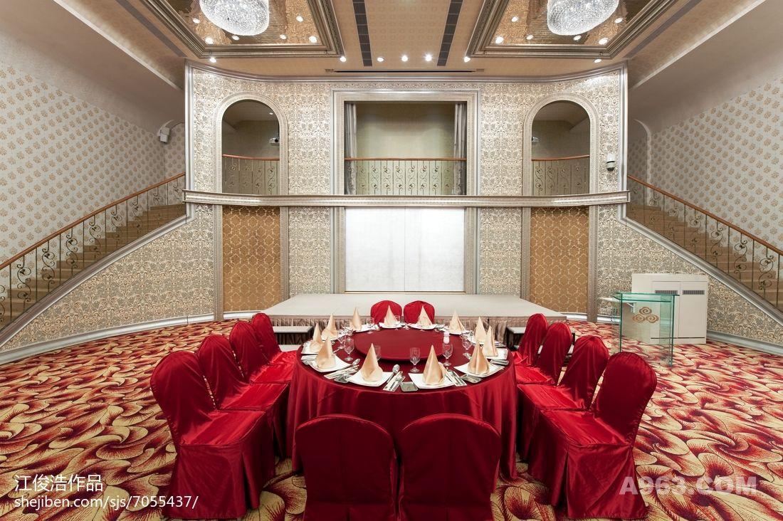 可容纳60桌餐宴的挑高宴会厅则采用表演式剧场概念呈现,大型歌剧式的双层舞台构筑出结婚新人即兴表演的任何可能性,并释放与空间结合的力量。 以撷取自然果实的形狀转换成瞩目焦点的水晶灯,让空间产生出简约式的华麗经典美学