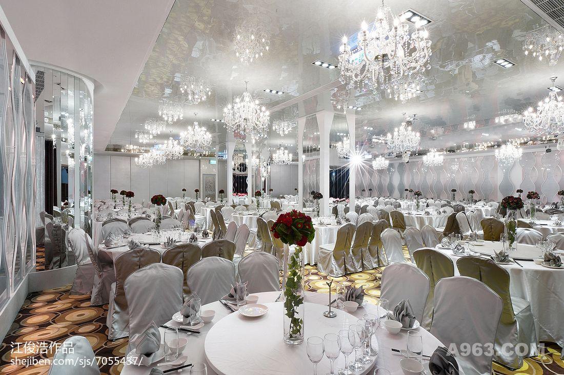 会厅则以柔曲的立面形体呈现,运用多层次的玻璃造型将光影层次染色其中,透过净透的表面材质将空间渲染出极具舞台张力的表演背景