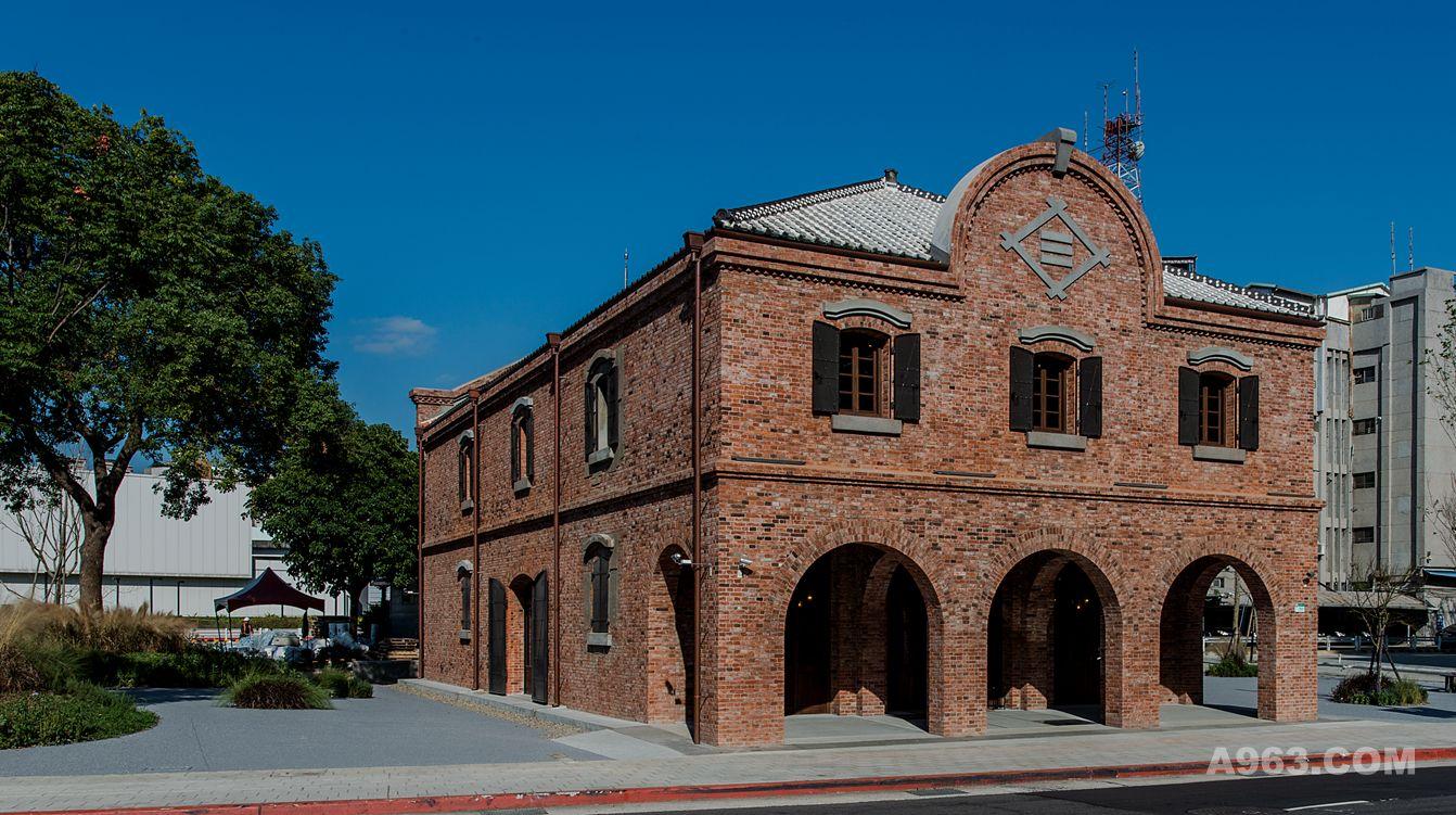 建築物正立面,依照原樣式及材料做修復,三個圓拱型的造型,讓此建築重現往日光輝.