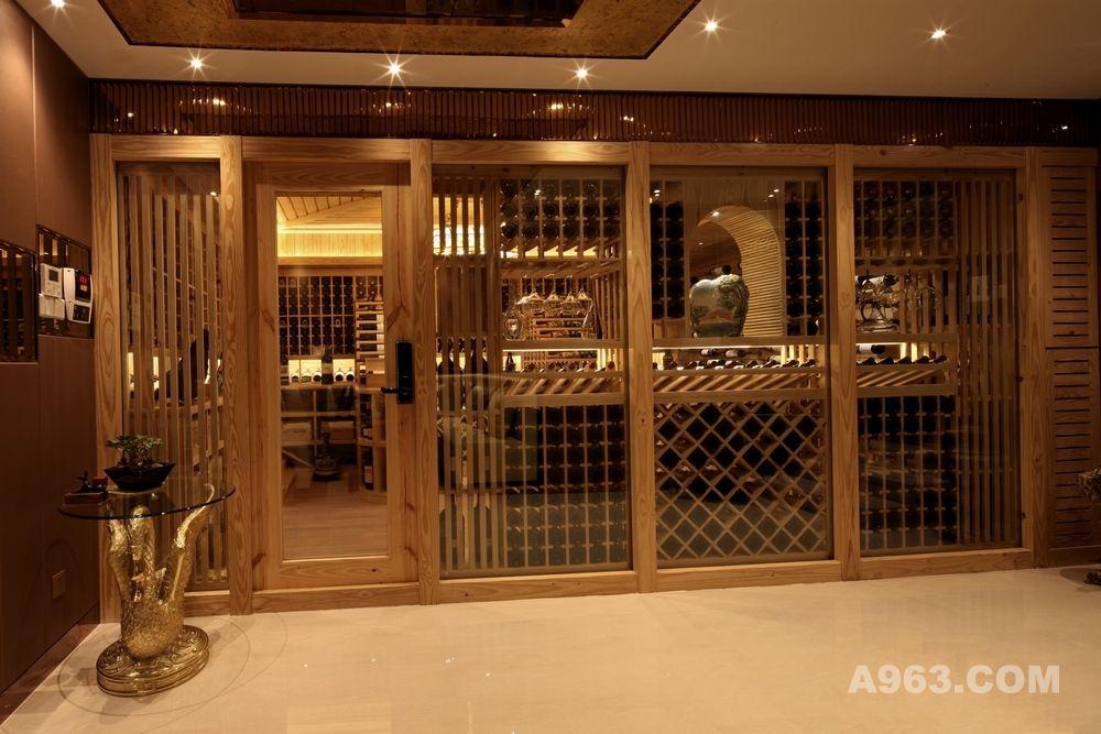 此酒窖为一位知名的葡萄酒收藏家所拥有,左右对称充满神秘感的阶梯式吧台,纹理清晰、线条感强烈的造型天花,如鱼群般游荡于半空中的葡萄酒,精致的工艺品、柔和的灯光,这一切只为营造出风格独特的艺术酒窖。