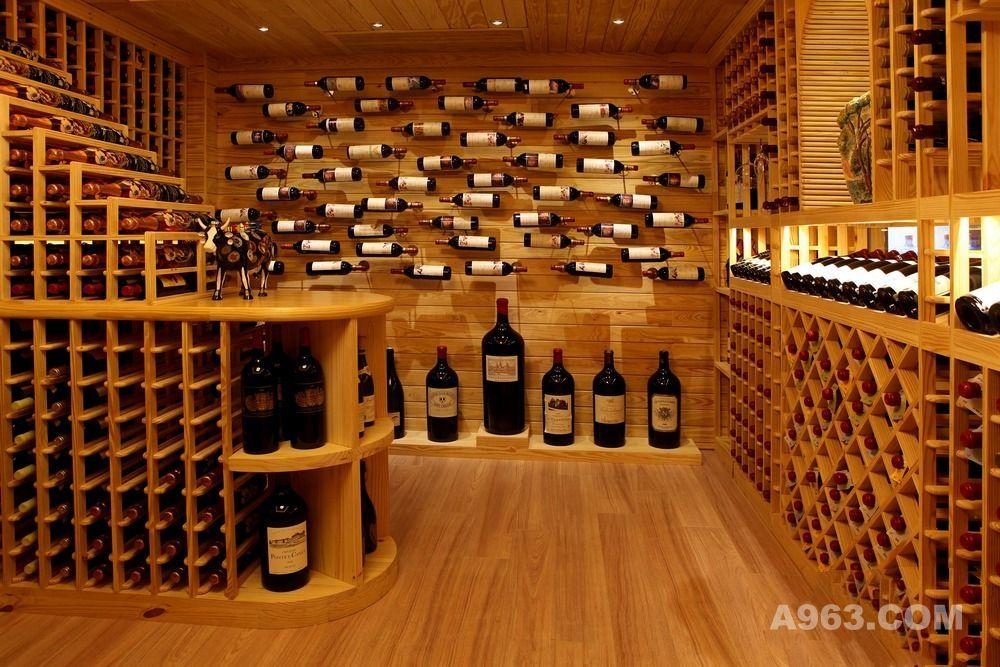 从前,酒窖在很多人看来就是采用冰冷的金属酒柜,外部做些装饰,使其看似室内空间的一部分。嘈杂的压缩机、糟糕的LED灯束装置以及带着冷凝露的玻璃柜门曾经构成葡萄酒储藏必不可少的元素。正如本图所示,酒窖构成室内空间不可分割的一部分,通过精心的设计,搭配天然选材,与整个空间融为一体,酒窖内外所有的饰面都覆盖相同的实木,为了确保整这种感觉能延伸到整个空间,我们选择使用大幅的玻璃正立面。透过玻璃,访客能立即看到层层叠叠陈列于酒架上的美酒。