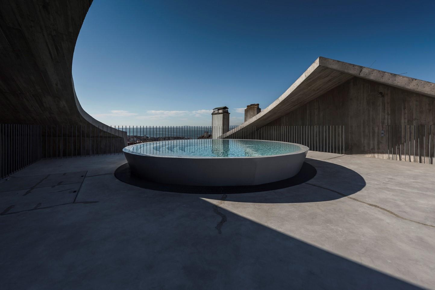 Aires Mateus | U形开口式混凝土住宅