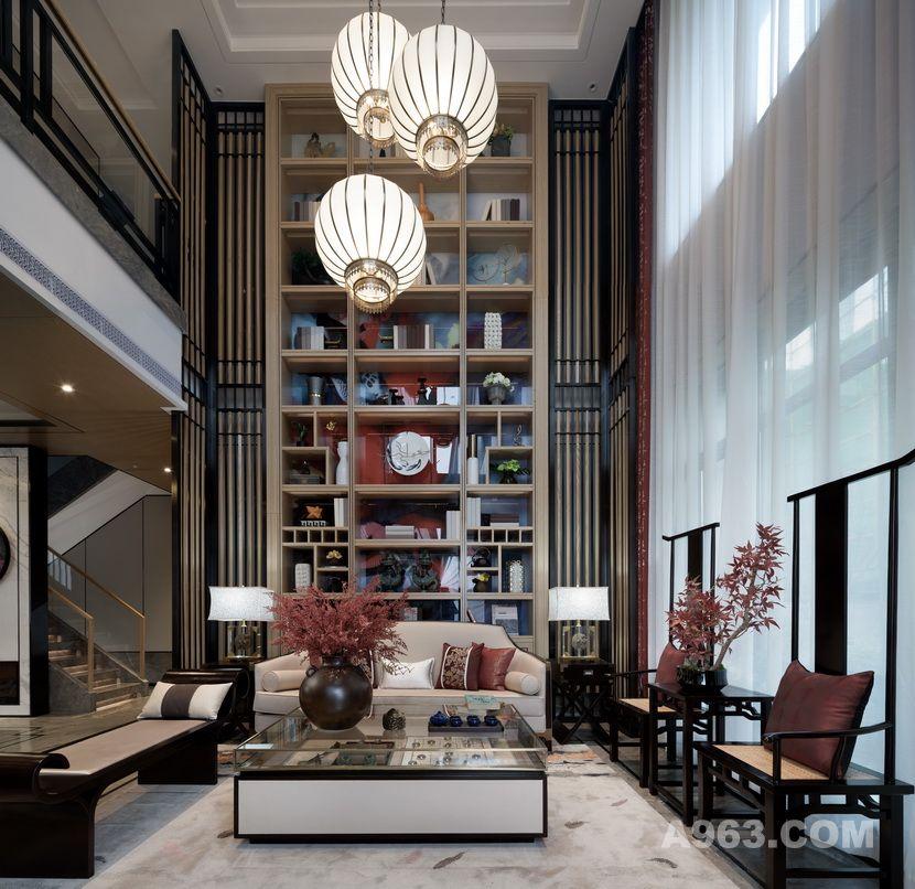 挑高客厅的装饰柜背板采用红鲤鱼图案,作为整个空间的色彩及主题点缀。 家具搭配亮米色带来安静优雅的感觉,配合纤细的几何线条,赋予空间灵活而内敛的特点,达到新中式设计的新体验。