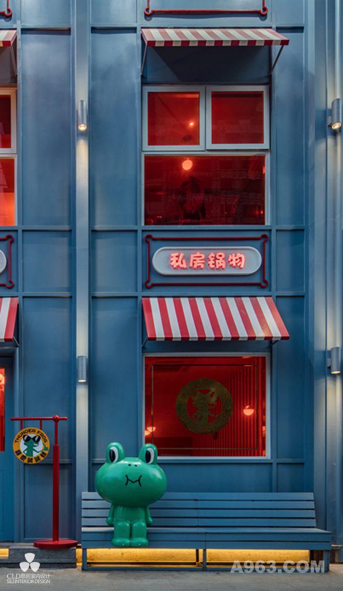 """炉湘私厨作为新派的湘味私房菜餐厅因其专业的烹饪及独特的风格而闻名,餐厅注重食材的烹饪,因此请来了著名的湘菜大师杨军亲自主理。基于其新派私房菜的特性,思丽设计团队由此出发,打破了传统湘菜餐厅的""""江湖""""气息,美式、童趣、优雅成为这个私房菜品牌空间的关键词,并以最专业的手法打造出最具品牌特质的定制空间。"""