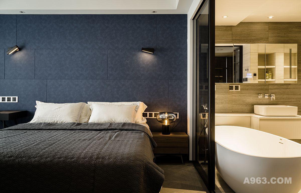 主卧套间里既包括衣帽间还有带浴缸的卫生间,所有设计都是跟着业主平时喜欢入住的酒店套卫式设计走的。