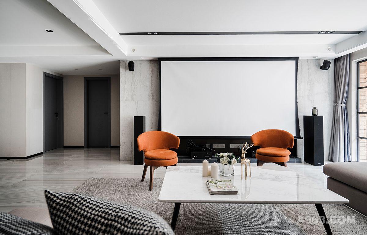 两个橙色单椅的加入,达到冷色调里突来的视觉暖效果。影音室原本硬朗的感受得到缓和,就像平淡的生活总需要加入一点热情。