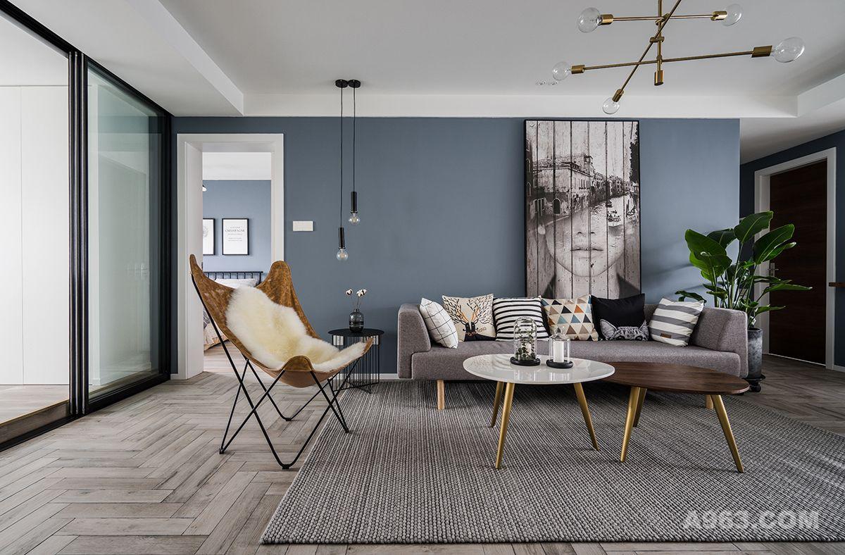 整体色彩设计比较柔和,运用了许多清淡的色调和少许的对比色,使得区域更具有空间感和艺术效果。客厅整体简洁舒适,沙发背景采用大幅的装饰画,搭配美美的绿植,为空间添了一份的清新与文艺。
