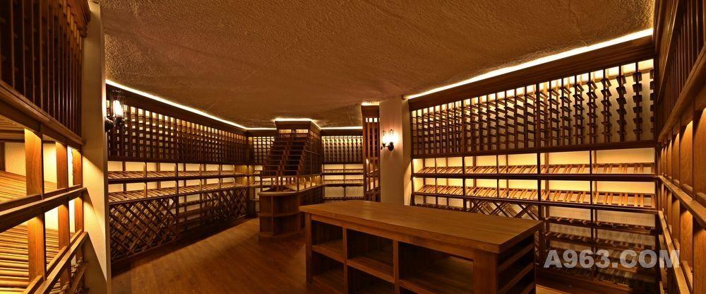 二专业酒窖恒温恒湿设备应用 确定所要窖藏的红酒品牌的最佳储藏温度和湿度,专业的恒温恒湿酒窖设备是可调温度可以到达12度甚至更低。酒窖恒温恒湿设备 自带加湿水箱,可以将房间里的湿度维持在较高的水平。酒窖恒温恒湿设备具有特殊的专用控制模块,停电后电力恢复时会自动启动,不像家用空调须人为干预。温湿度设置好之后,设备会在全自动模式下不间断工作。酒窖机工作时间和频率远高于家用空调,可全年不间断运行,无论春夏秋冬。而家用空调在如此使用频率下,故障率会非常高。酒窖恒温恒湿设备使用的主要零部件(例如压缩机/控制器)均为耐损耗 设备专配,具有更为持久的耐力和可靠性,这样才能确保您的藏酒安全。