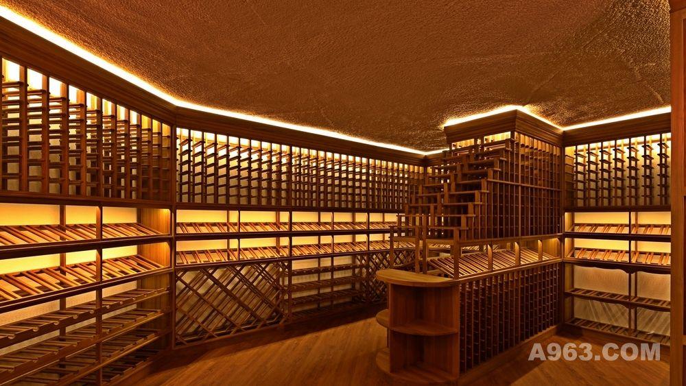 一最佳选址在不靠近车库的地下0-6米左右地下室 地下室通常会比较安静,只要不靠近车库等位置,不需要多考虑震动、异味等问题; 地下室完全避光,而且人来回走动的机会较少,可以让葡萄酒安静地成长;地下室空间较大,可以满足大量的葡萄酒存放的条件,而且很多珍藏级别的葡萄酒都是整个木箱包装的,私人酒窖可以随意安排空间来存放这个级别的葡萄酒;温度和湿度是常年比较稳定的,可以减少酒窖的恒温恒湿管理成本。