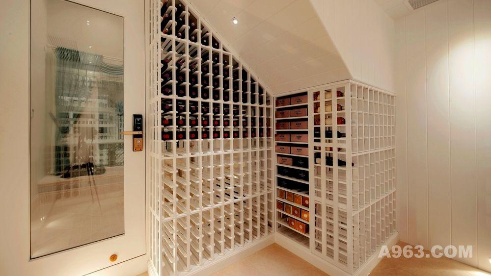 汕头实木酒窖订制,专业的酒窖是最适合储藏葡萄酒的地方,一个按照规范设计的专业酒窖可以让存储的美酒长时间保持原有的味道,但是酒窖设计不规范会对葡萄酒产生极大损害,酒窖设计要比建设房子难的多,因为酒窖设计需要考虑很多因素,比如温度、湿度、空气流通、防震、光线等。只有把这些因素都考虑周全了,才能建造出一个规范并专业的酒窖来。