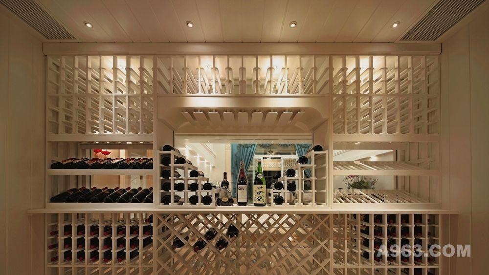 现在汕头寸土寸金的都市楼盘中,我们已没有办法去找到宽敞而又具备相当好储藏条件的地方,针对现代快速生活,合理利用一切可能空间的实木酒窖订制,让您在紧凑中而不失的一份尊贵拥有,根据客户实际场地,设立单独储酒空间,让您的美酒享受与天然酒窖相同的恒温、恒湿、避震、除异味等多种功能。