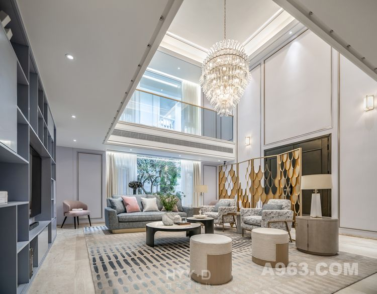 """会客厅 郑鸿认为,以往的豪宅多是富丽堂皇的豪华感,而居住者的审美实际上随着时代的变迁有了新的认识和提升,因此在设计中,私宅设计师更多的是要思量如何重新定义一个真正的私享家园?""""私宅定制不仅要在材料上体现尊贵感与品质,还需在美学上赋予空间高雅的品尚,另外,还要更多地考虑人在空间的舒适体验性,这才是值得落地的一个私宅设计,一个足以承载居者理想与期待的空间"""",他这样说道。"""
