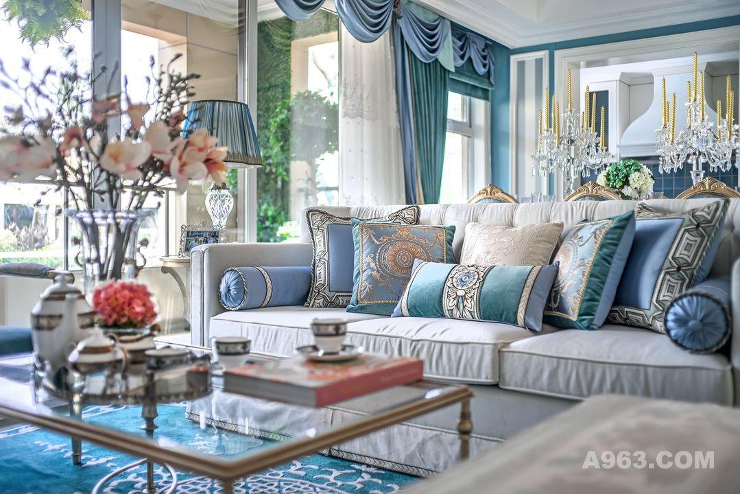 Tiffany蓝,是代表浪漫与幸福的色彩,梦幻且纯真。蓝中带绿的色泽似一抹清泉,流淌心间,如浅水般冰凉,让人在炎炎日光下爱不释手。不论是如赫本一般静伫于蒂芙尼橱窗,满目仰望,还是在Blue Book上静谧观赏,蒂芙尼蓝都令人怦然心动。